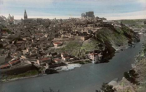 Panorámica de la ciudad a mediados del siglo pasado, con las ruinas del Alcázar a la derecha.