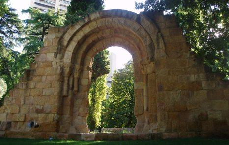 Ruinas de la portada de la Ermita de San Pelayo y San Isidoro. Detrás puede apreciarse la mole de la Torre de Valencia, situada al otro lado de la avenida de Menéndez Pelayo.