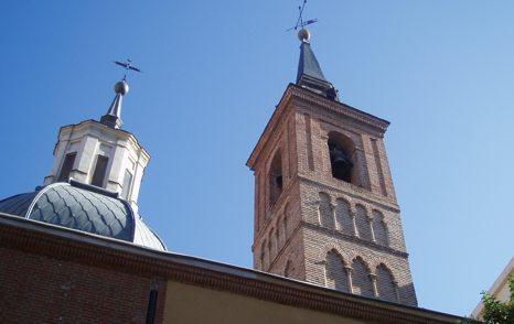Iglesia de San Nicolás de Bari, con su torre mudéjar a la derecha.