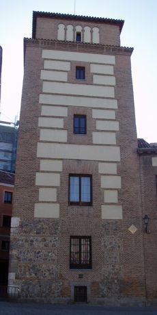 Torre de Los Lujanes, vista desde la Plaza de la Villa. A su izquierda se aprecia la Calle del Codo.